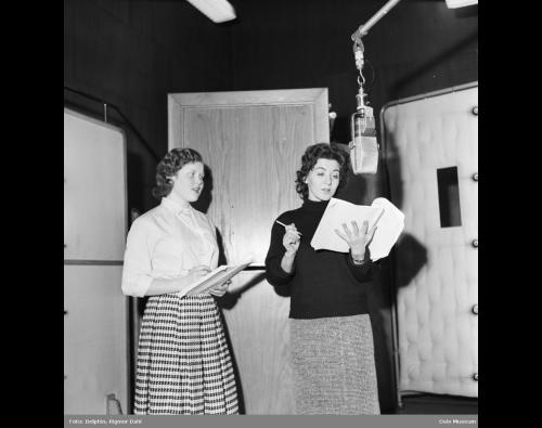 """Grete Nordrå i radioteatrets studio under innspillingen av hørespillet """"Mitt er mitt"""" i 1959"""