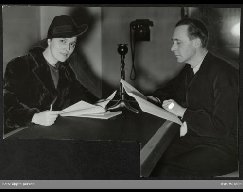 """Tore Segelcke og Harald Schwenzen sittende ved et bord under innspillingen av """"Victoria Regina"""" i Radioteatret, ca. 1940."""